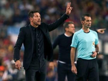 Simeone da indicaciones en la banda durante el partido contra el Barcelona