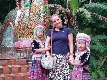 La mujer posando con las dos niñas caracterizadas en Tailandia