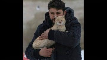 Mohammad Alaa Aljaleel junto a un gato