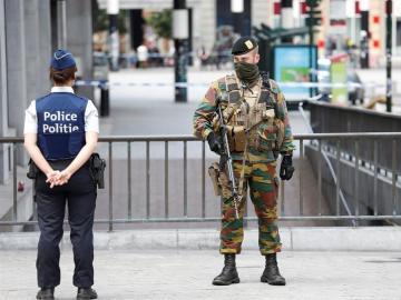 Agente de policía y militar en Bruselas
