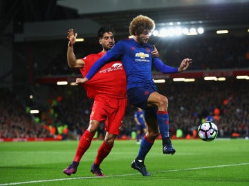 Fellaini y Emre Can disputan el balón