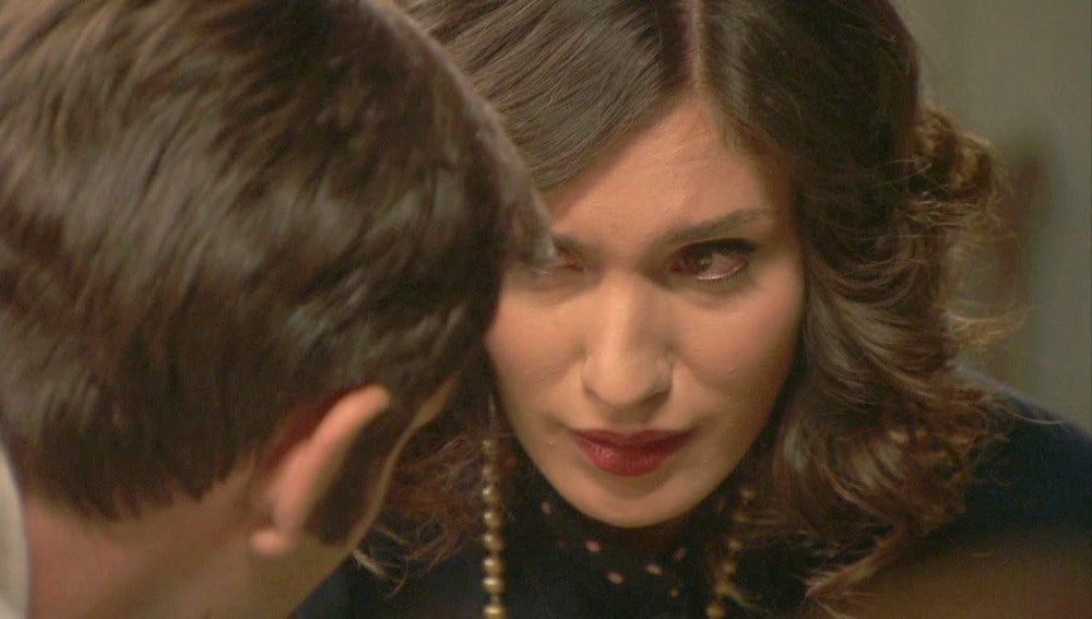 Néstor no aguanta sin tocar a Camila