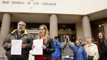 Representantes de la Coordinadora de Barrios y SOS Racismo Madrid apoyadas por la Coordinadora para la Prevención y Denuncia de la tortura