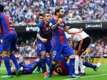Leo Messi celebra el 2-3 en Mestalla