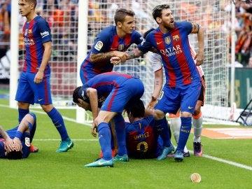 Messi se encara a la grada tras el botellazo a Neymar y Luis Suárez