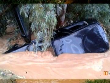 Encuentran el cadáver de un hombre junto a su coche arrastrado por una riada en Sevilla