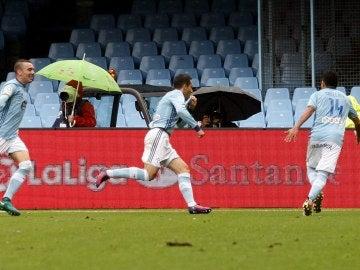 Hugo Mallo, Orellana y Aspas celebran un gol ante el Deportivo