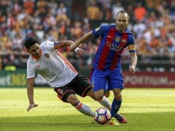 Enzo Pérez trata de robar el balón a Iniesta