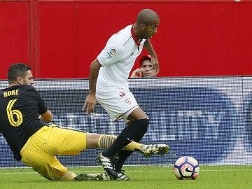 Koke trata de robar un balón ante Mariano