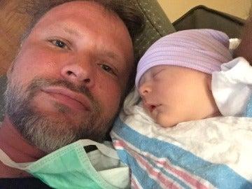 Michael Jaeger junto a su bebé