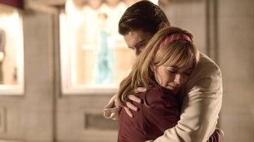 Clara aparece destrozada por lo de Rita y Mateo la abraza