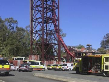 arios vehículos de los servicios de emergencia desplegados en el parque de atracciones