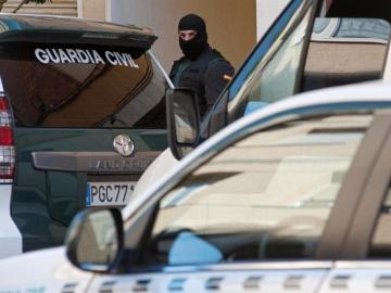 Un agente de la Guardia Civil durante la operación antiterrorista en Ibiza