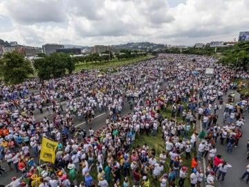 Miles de personas se manifiestan en Venezuela