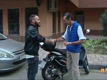 """Las llaves de una moto unen a un indigente y un joven: """"Paco dio una lección de esperanza en tiempos en los que dudamos de la bondad humana"""""""
