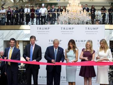 Donald Trump inaugura un hotel en plena campaña electoral