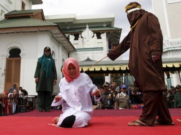 Imagen de archivo de una mujer sometida a latigazos en público en Indonesia