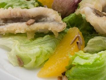 Sabirón en tempura con ensalada.