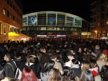 Miles de jóvenes a la entrada del recinto esperando para ver a Bieber