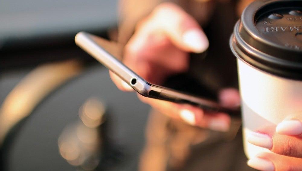 Una mujer usando el teléfono móvil