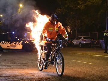 El Hombre de Negro paraliza la calle Alcalá de Madrid para sorprender a Penélope Cruz y Chino Darín