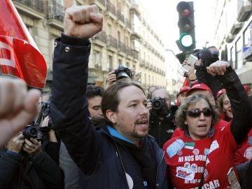 Pablo Iglesias se manifiesta frente a la sede del Partido Popular para boicotear a Coca-Cola