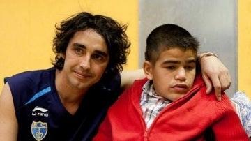 Canco Rodríguez, junto a un niño que padece el síndrome de Sanfilippo