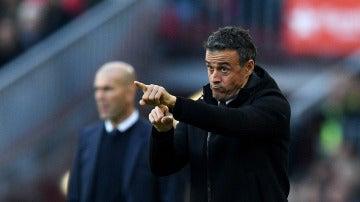 Luis Enrique señala una acción en la banda del Camp Nou
