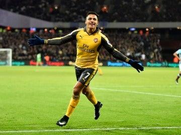 Alexis Sánchez celebra uno de sus tres goles al West Ham