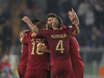 Jugadores de la Roma celebrando un gol