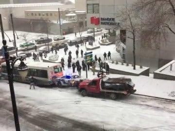 Colisión múltiple por deslizamientos en cadena en una calle helada de Montreal