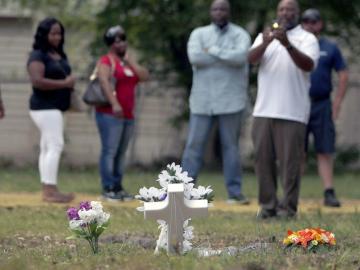 Compañeros del joven asesinado le recuerdan en el lugar donde murió