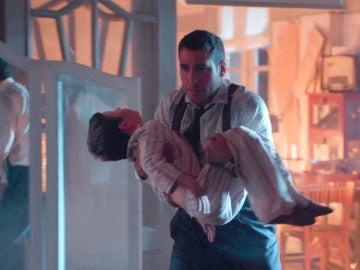 Alberto abraza por primera vez a su hijo en medio de las llamas