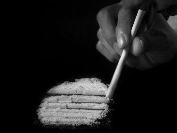 Una persona esnifando cocaína