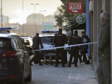 Policías nacionales sacan el cadáver de la joven asesinada en Vigo