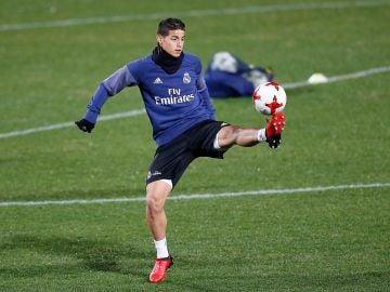 James Rodríguez en un entrenamiento con el Real Madrid
