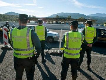 Agentes de la Guardia Civil en un control en la frontera