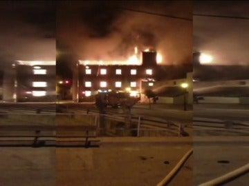 Frame 32.901169 de: Las llamas destruyen una fábrica de harinas