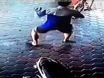 Un padre salva a sus dos hijos de ser atropellados