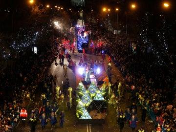 Dos de las carrozas reales durante la cabalgata de los Reyes Magos del año pasado.