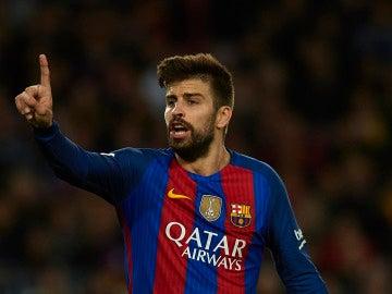 Gerard Piqué protesta una acción en un partido con el Barça