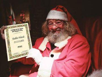 Santa Claus junto a su certificado de nacimiento