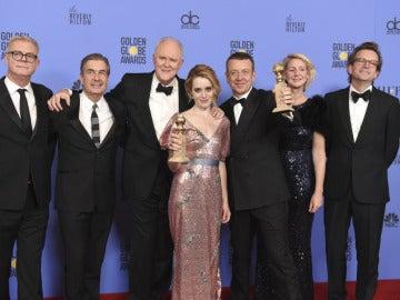 El reparto de 'The Crown' con su Globo de Oro a la mejor serie