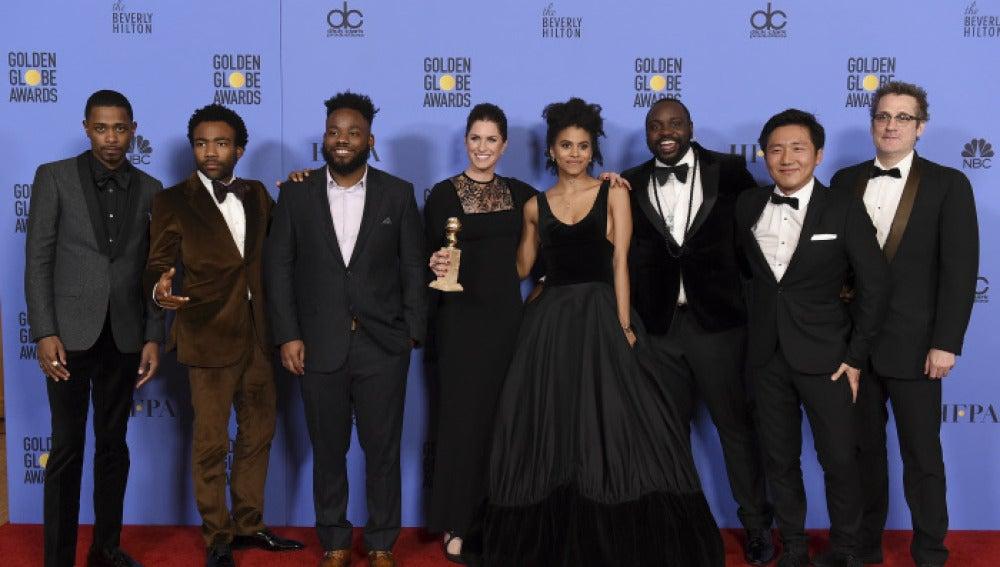 El reparto de 'Atlanta' posa con su premio a mejor comedia