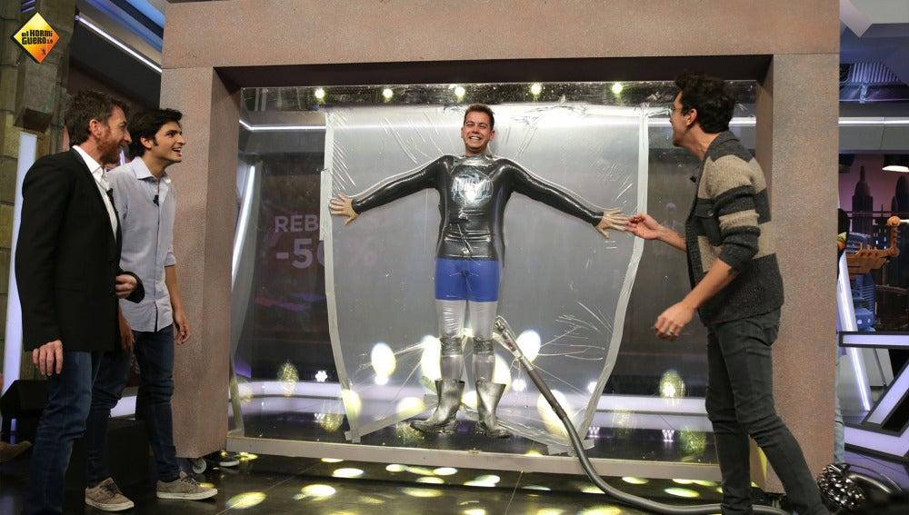 Marron consigue crear a 'Adhesivoman', el nuevo superhéroe de 'El Hormiguero 3.0'