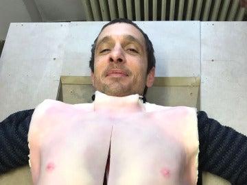 Pablo Derqui con su torso de látex