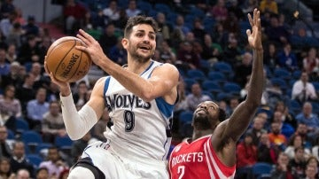 Ricky Rubio intenta dar una asistencia ante la defensa de los Rockets