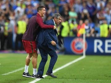 Cristiano Ronaldo, en la final de la Euro junto a Fernando Santos