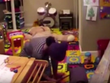 La niñera con las tenacillas quemando al pequeño