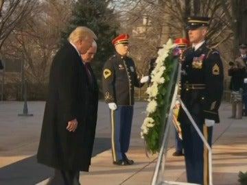 Trump y Pence realizan una ofrenda floral en la tumba al soldado desconocido